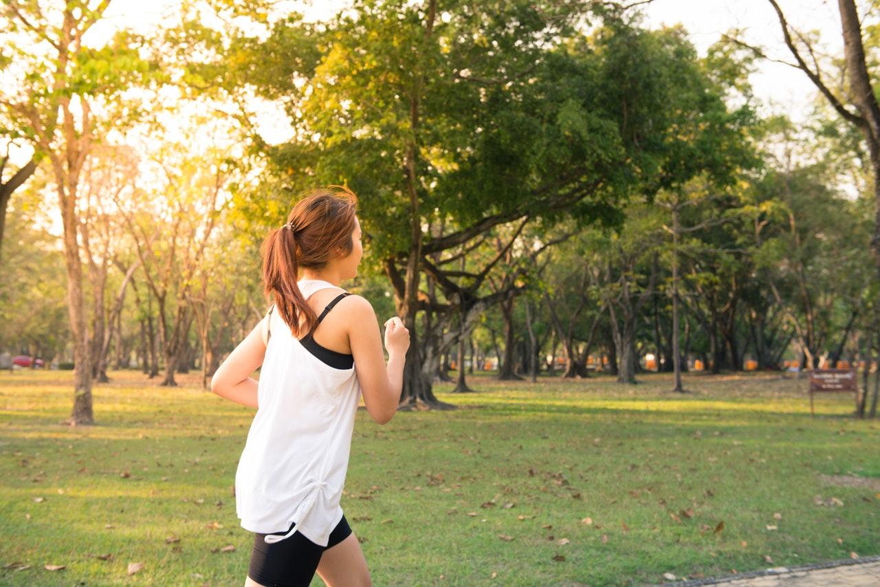Kvinna som joggar