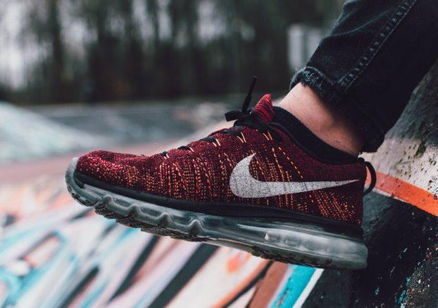 En röd och svart sko